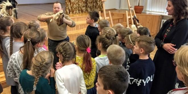 Vasario 9 d. mokykloje viešėjo tautodailininkas, medžio drožėjas Saulius Tamulis