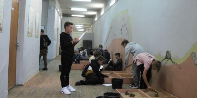 """Rugsėjo 5 d. 6a klasės mokiniai dalyvavo """"Aušros"""" muziejaus edukacijoje ir pasimatavo archeologo profesiją."""
