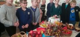 Pradinių klasių mokiniai skubėjo į mokyklą nešini rudens gėrybėmis – vaisiais ir daržovėmis